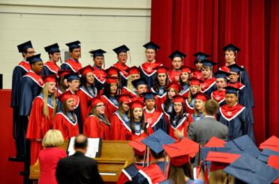 美国高中毕业生代表由一人制改为多人制图片